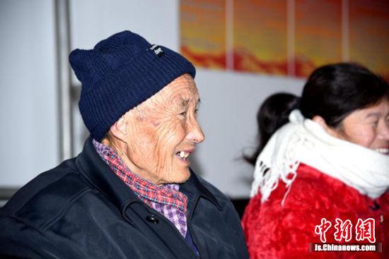 78岁的刘家言老人来为孙子刘吉棣领取资助金。