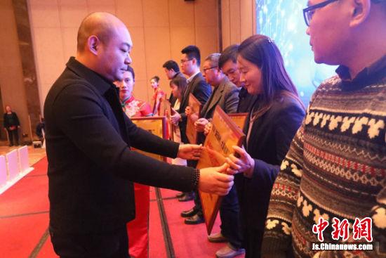 炸金花下载市网络文化协会会长魏巍为代表颁奖。
