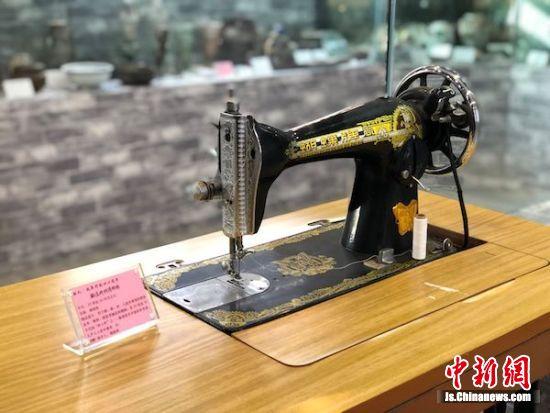 """过去人们家中的缝纫机,也走进了""""乡村博物馆""""。"""