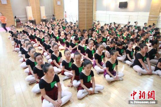 图为少年宫的日常教学中,学员们等待开课。
