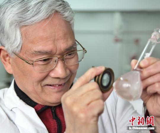 楼凤昌教授在做实验