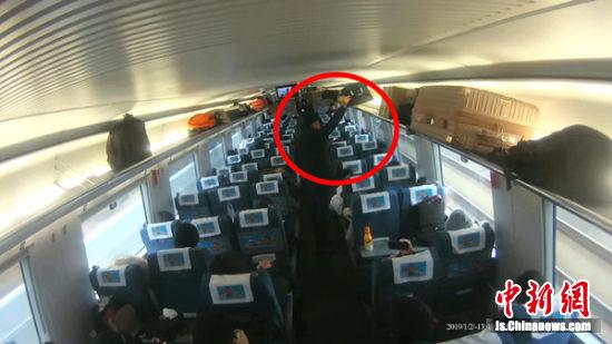 监控显示嫌疑人仅用了不到10秒钟就将旅客包内的钱包盗走