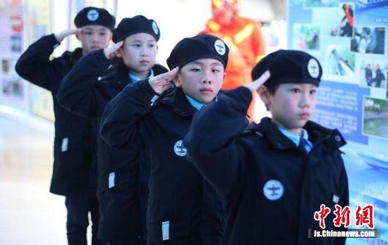 参与《江苏公安110为你连线平安》拍摄的江苏少年警校的小学警代表登场亮相。 中新社记者 泱波 摄
