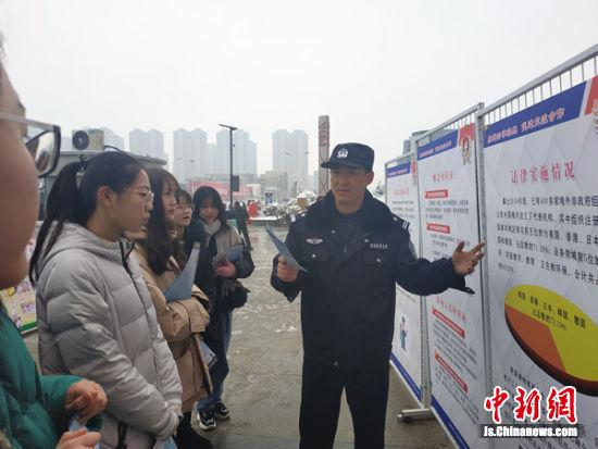 民警现场为市民普法宣传。