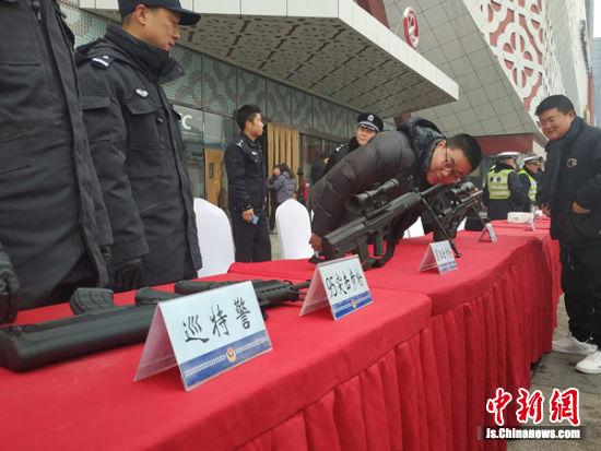 徐州巡特警现场展示各款枪支。