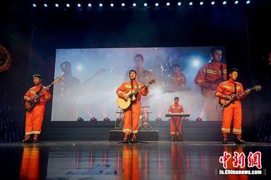 常州消防逆行者乐队演唱原创歌曲《和时间赛跑》。