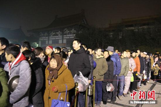 凌晨就有不少市民排起长龙,等待粥品发放。