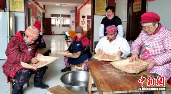 义工居士在挑选腊八粥原料.