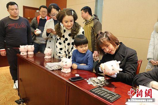 中国银行钟楼支行的工作人员为参与今天现场汇聚活动的爱心人士和企业清点爱心款