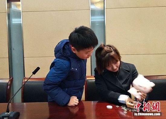 来自常州市实验小学五(2)班的刘博�r捐出了90.4元的爱心款