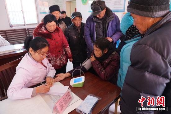 江苏省血防所志愿者为晚血病人量血压。