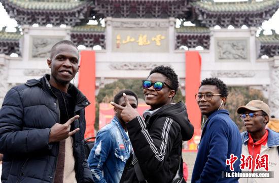 数十位外国友人对中国传统春联倍感兴趣。