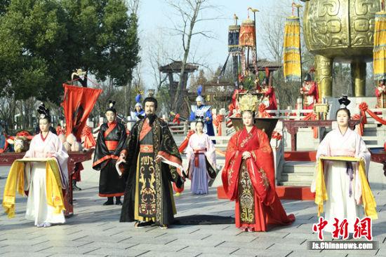 """专业演员扮演的""""刘皇叔""""在举行活动仪式。"""