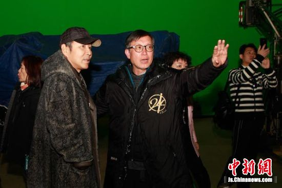陈道明赴无锡影都考察探班《中国机长》剧组