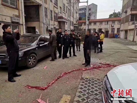警方现场查处燃放烟花爆竹行为。