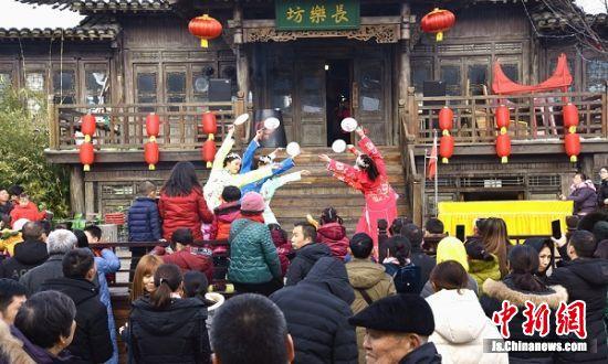 """江苏句容:民俗联欢闹新春民众争睹""""非遗""""展演"""