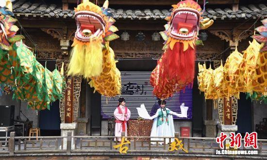 演员在古戏台表演淳朴流畅的黄梅戏。
