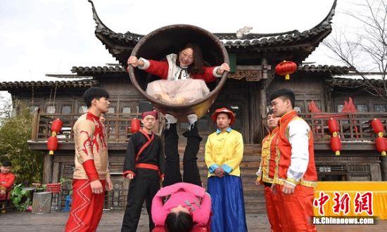脚蹬大缸表演中,民间艺人用脚蹬得轻松自如。