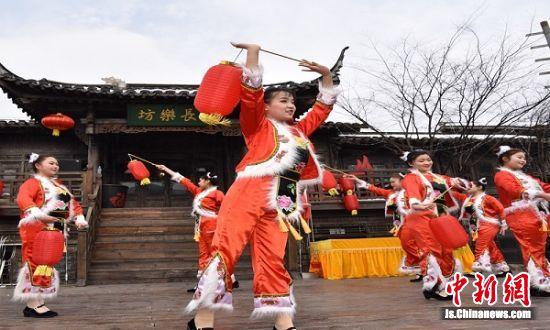 优美的舞蹈表演陪伴游客欢度春节。