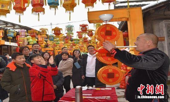民间艺人在表演杂耍,引得游客叫好。