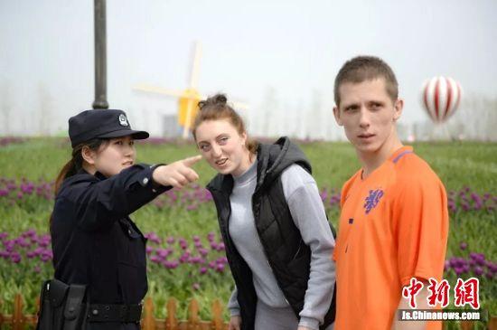 资料图:民警在景区巡逻。 荷兰花海景区供图