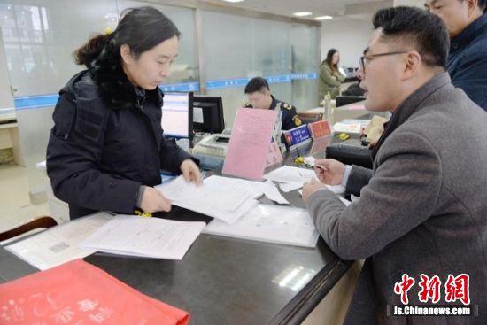 图为该县政务服务中心市场监管窗口工作人员正在为群众办理业务