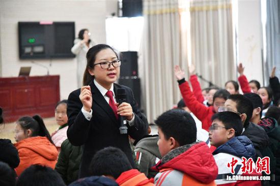 李晓韫为特教学校的师生上法治宣讲课。王臻 摄