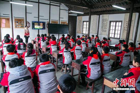 省锡中实验学校学生在馆内上了一堂家风课。