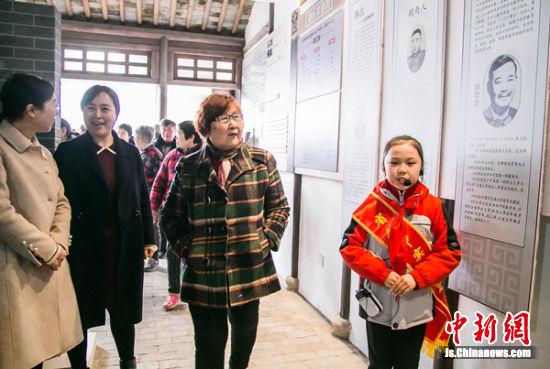 省锡中实验学校学生讲解员正在讲解。