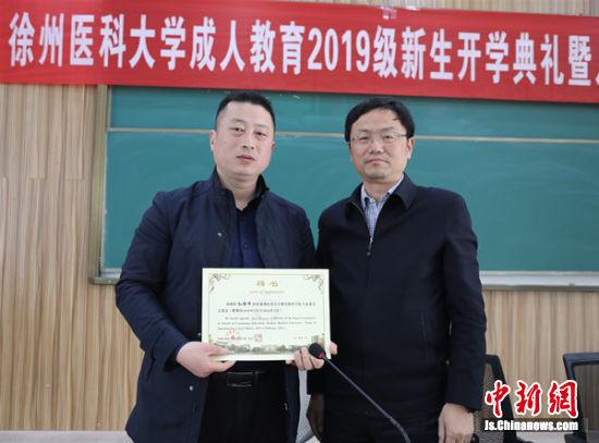 孙绪峰(左)被聘为继续教育学院专家委员会成员和课外辅导员。