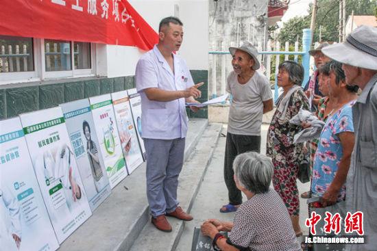 2017年7月18日,孙绪峰冒着40度的高温在蒋老家村为村民开展健康讲座。