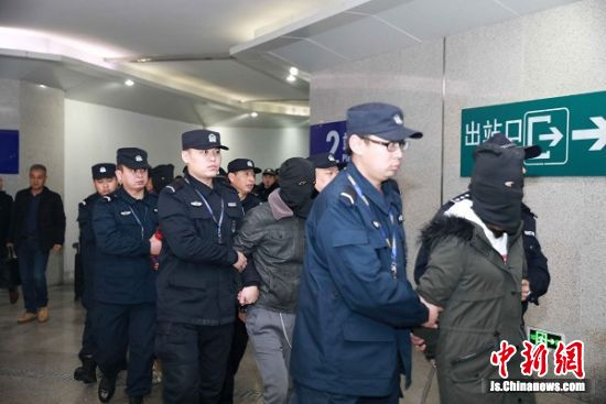嫌疑人被押送到东台市公安局