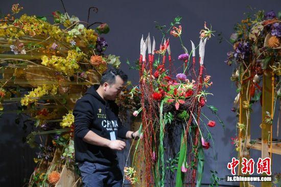 姚伟在花艺比赛中。