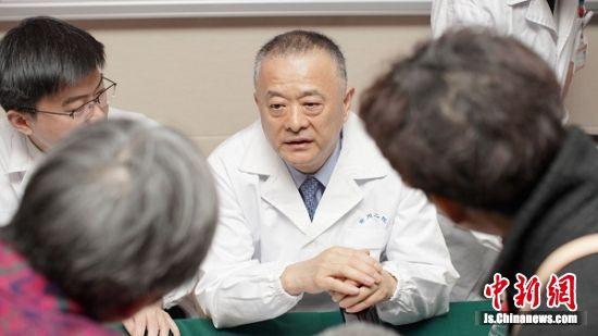 此次义诊活动吸引了很多患者前来咨询问诊。 孙镇江 摄