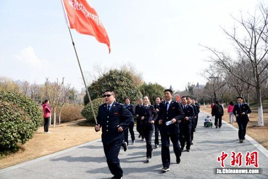 徐州经开区的多家单位组团参加慢跑。