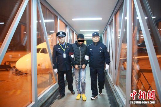 图2:民警将犯罪嫌疑人别某押解出机舱