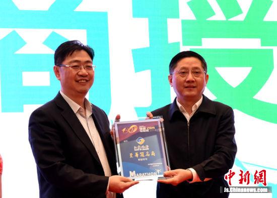 中共徐州市委常委宣传部长冯其谱现场为主要赞助企业颁发荣誉奖牌。