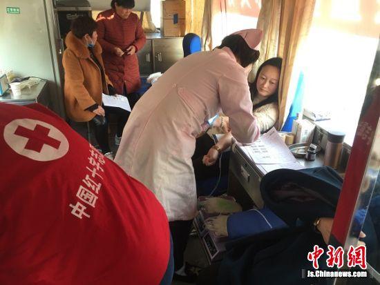 众多踊跃献血。