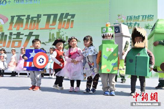 萌娃现场表演倡导环保。