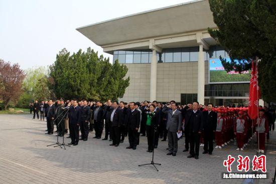 邳州市委书记率领大家集体举行宣誓活动。