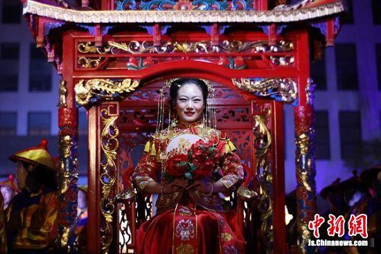 中式婚礼秀上演。中新社记者 泱波 摄
