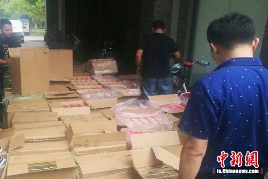 抓捕镇江主要犯罪嫌疑人时囤烟仓库搜查到的假烟。