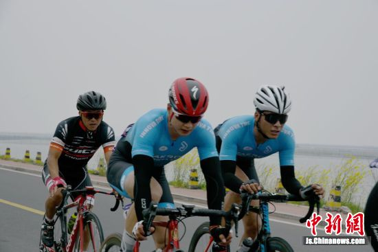 选手在骆马湖畔骑行。 朱志庚 摄影