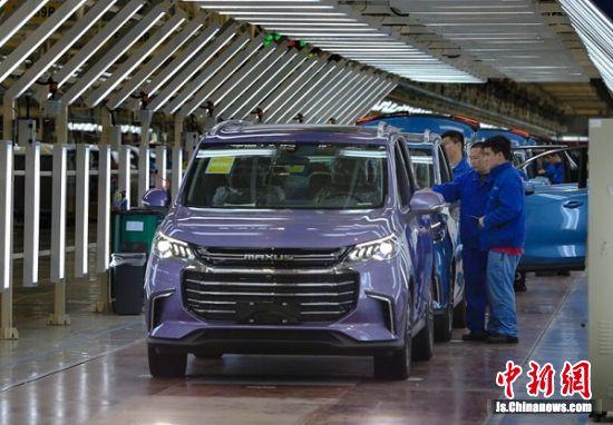 在上汽大通南京分公司总装车间,工人正在给车辆安装配件。 孙中元摄