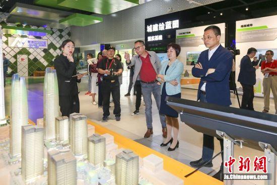 2019年5月7日,海外华文媒体团在江北新区国际健康城观看介绍视频。孙中元摄