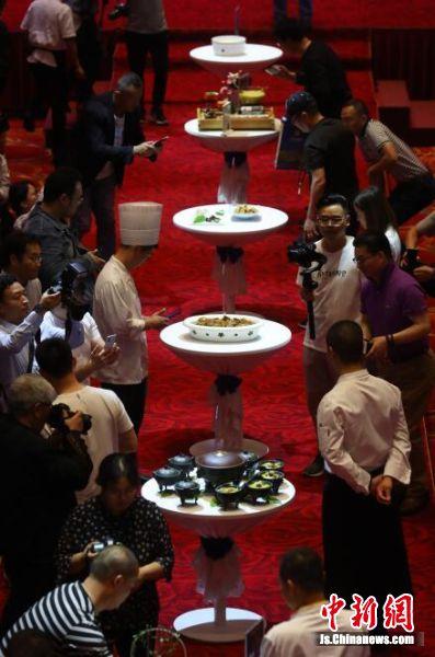 观众被展出的河豚菜肴吸引。 泱波 摄