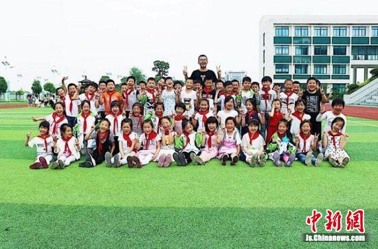 周彪带领学生参加江宁区田径运动会。