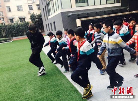 蒋老师带领学生上体育课。