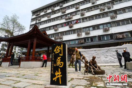 倒马井附近新建了小广场,一处大型景观石上刻着倒马井名字的由来。