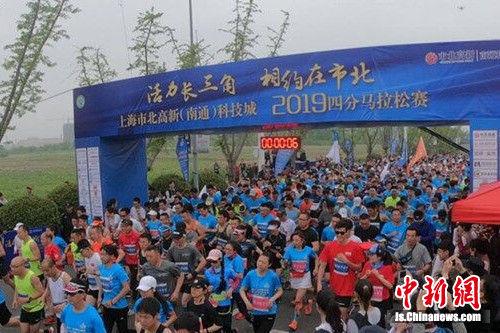 南通港闸四分马拉松开跑现场。 陆建国 摄